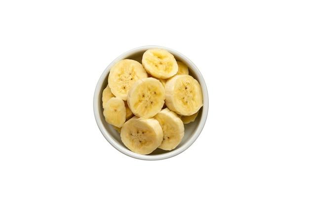 Белая миска с нарезанными бананами