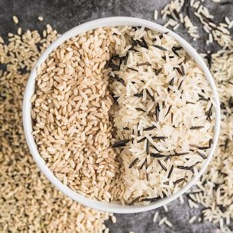 다양한 종류의 쌀과 흰 그릇