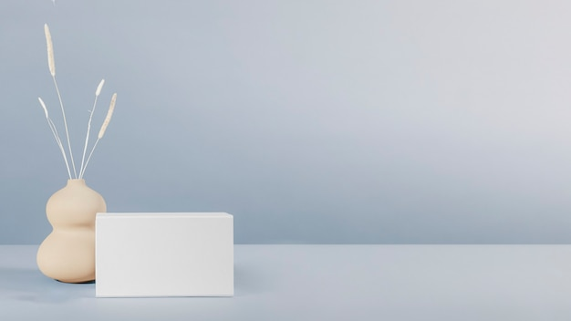 Дизайн макета белой коробки на минимальном фоне