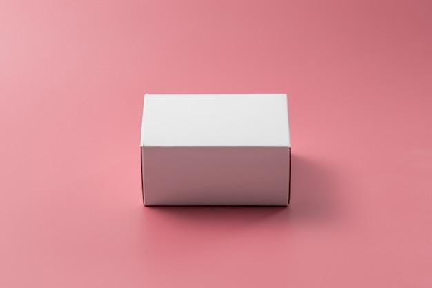 분홍색 벽에 흰색 상자