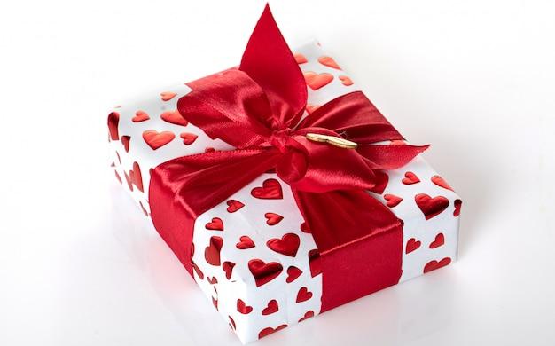 誕生日サプライズ付きの白いボックス