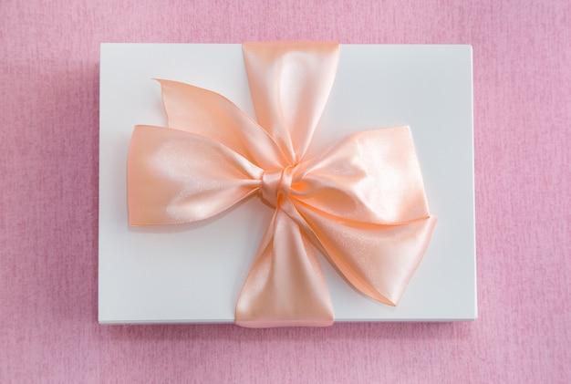 분홍색 바탕에 활과 흰색 상자