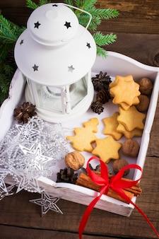 Белая коробка с елочными украшениями и домашним печеньем
