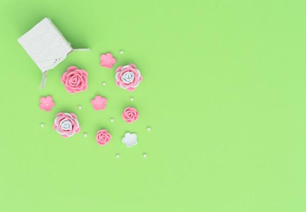 緑にfomiranで作られたビーズと花の爆発と白い箱。