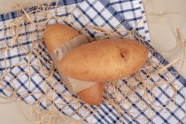 テーブルクロスのロープで白パンのパン