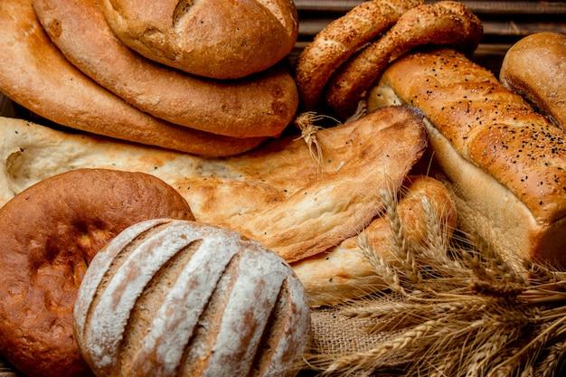テーブルの上の白パン