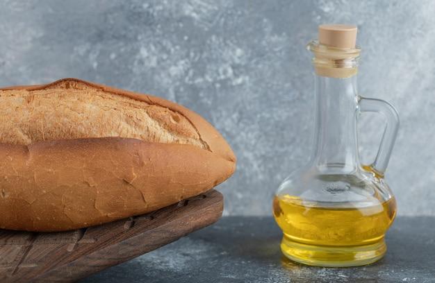 木の板に油と白パン。高品質の写真