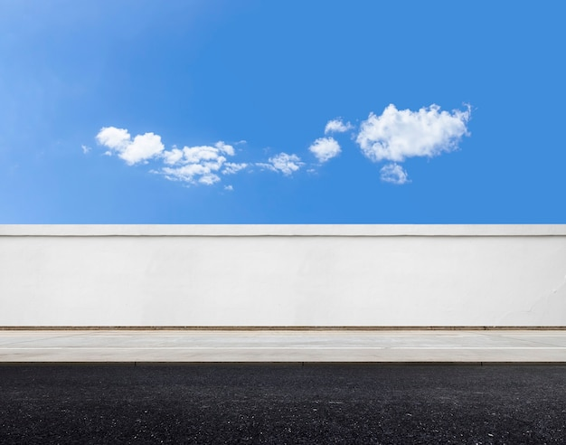 Белая кирпичная стена и дорога с фоном неба