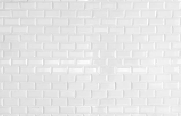 Белая предпосылка текстуры кирпичной стены с космосом для текста.