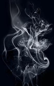 黒の背景に白の明るい身もだえ煙