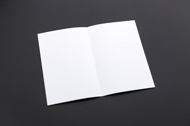 テーブルの上の白いパンフレット