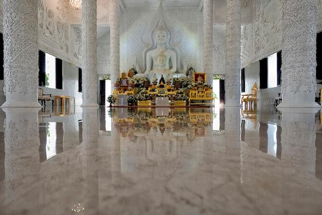 Статуя белого будды в святилище ват хуай пла канг, провинция чианграй статуя белого будды в святилище ват хуай пла канг, провинция чианграй