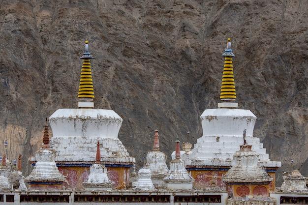 인도 북부 라다크 지역의 산 마을 레 근처 티베트 수도원에 있는 흰색 불교 사리탑 또는 탑