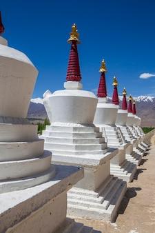 인도 북부 라다크 지역 레 마을 근처 티베트 수도원에 있는 흰색 불교 사리탑 또는 탑