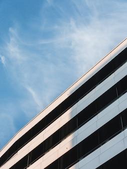 푸른 흐린 하늘 아래 하얀 건물