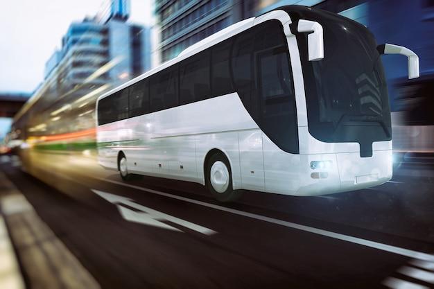 조명 효과가있는 현대 도시의 도로에서 빠르게 움직이는 흰색 버스