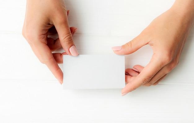 女の子の手で白い名刺