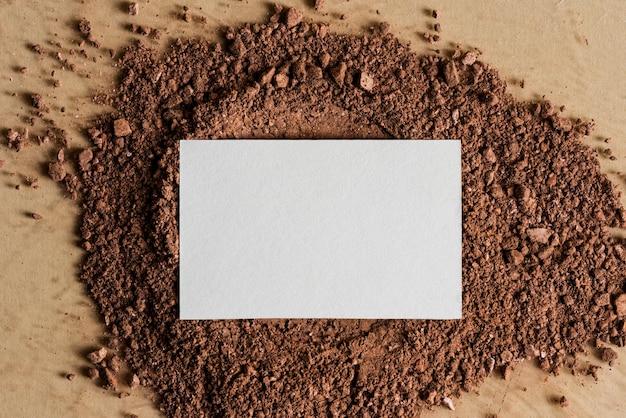 Белая визитная карточка на грязи