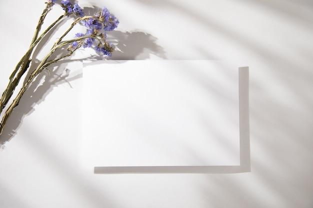 Белые визитки с лавандой на столе