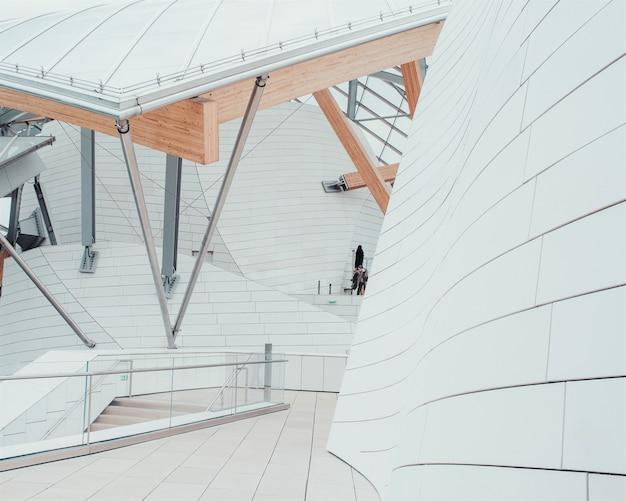 美しい質感と内部階段のあるユニークなデザインの白いビジネスセンター