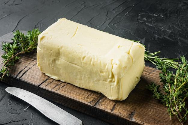 검은 배경에 흰색 버터 신선한 벽돌