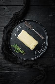 검은 나무 테이블에 흰색 버터 신선한 벽돌