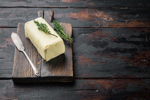 텍스트 복사 공간이 오래 된 어두운 나무 테이블 배경에 흰색 버터 신선한 벽돌