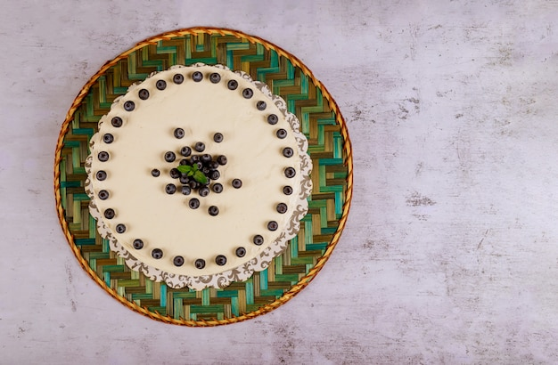 白いケーキのタルト、マスカルポーネと新鮮なブルーベリー