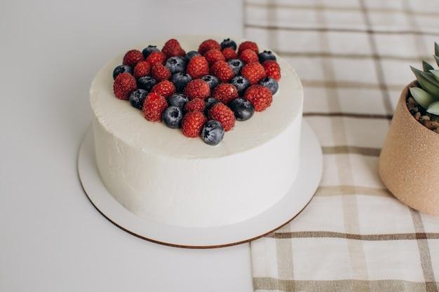 フルーツの心を持った白いケーキ。バレンタイン・デー。