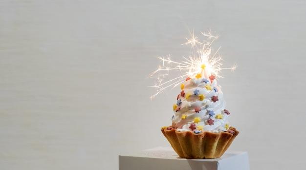 ホワイトペーパーの配達ボックスに線香花火と白いケーキ