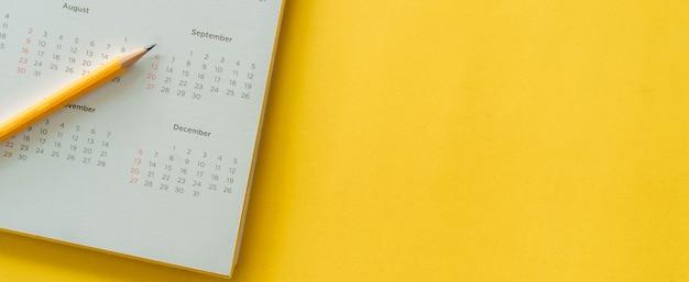 黄色の白いカレンダーの日付と月
