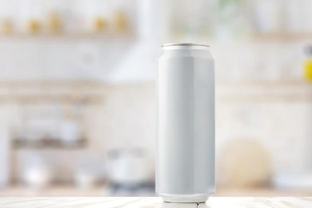 Белая банка пива на кухонном столе