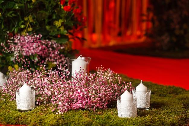 Белые свечи на зеленой траве