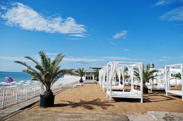 ブルガリアの黒海のサニービーチにある白い天蓋とカーテン。夏休み旅行休暇。