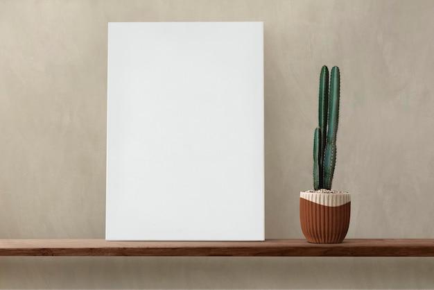 나무 선반에 흰색 캔버스