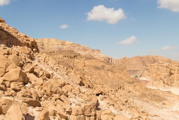 黄色い岩のある白い峡谷。エジプト、砂漠、シナイ半島、ダハブ。