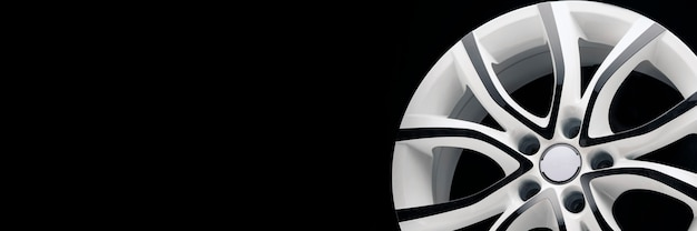 白い車の車の合金ホイール