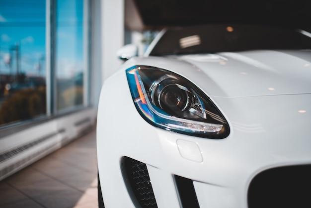 白い車のヘッドライトをクローズアップ