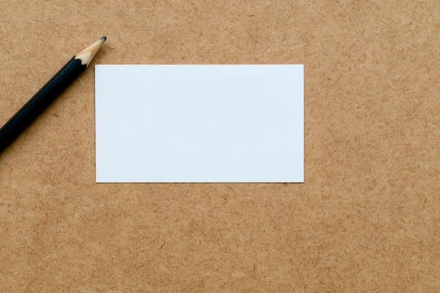 ニュートラルな背景に白いカードと鉛筆