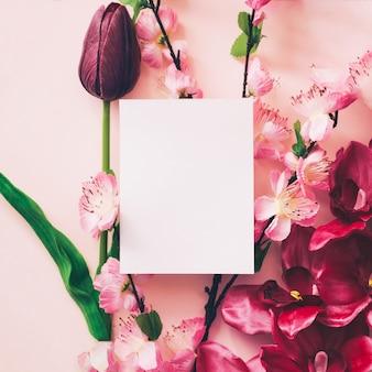 Белая карта для макета с красивым фоном цветов