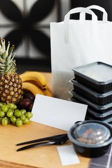 配信された食品の箱の背景に白いカード