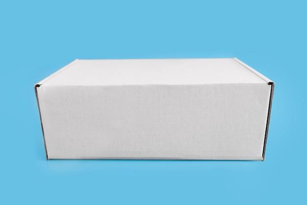 파란색 배경에 흰색 판지 상자입니다.