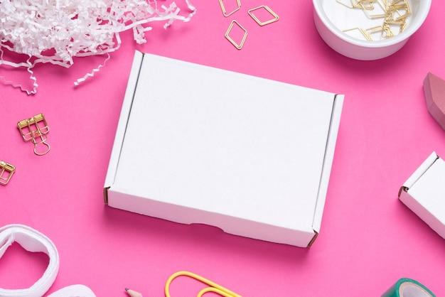 컬러 사무실 책상에 흰색 골 판지 상자