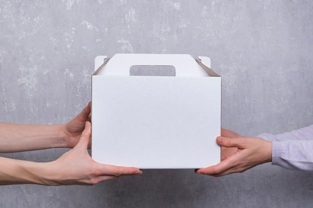 白い段ボール箱。菓子製品の包装。速達便。