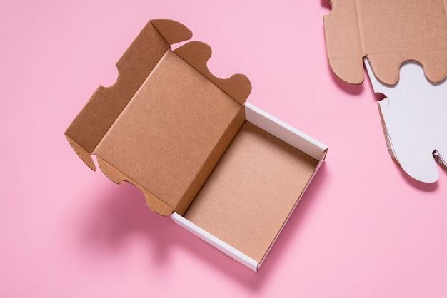Белый картонный плоский почтовый ящик, футляр, на розовом столе