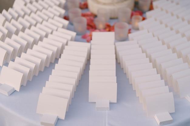 テーブルの上の白いカード結婚式の座席カード結婚式の装飾と書道