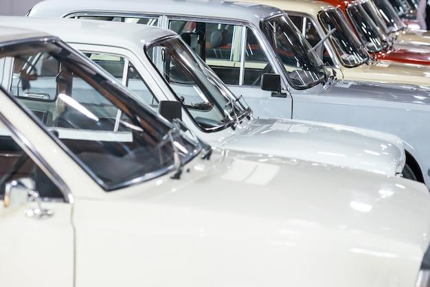 주차장에 연속으로 흰색 자동차