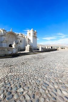 시골 페루에있는 백색 가톨릭 교회