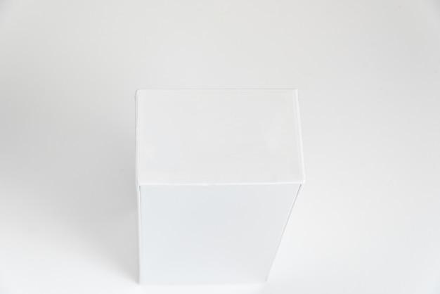 배경에 흰색 휴대폰 상자