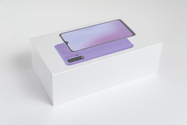 背景の白い携帯電話ボックス